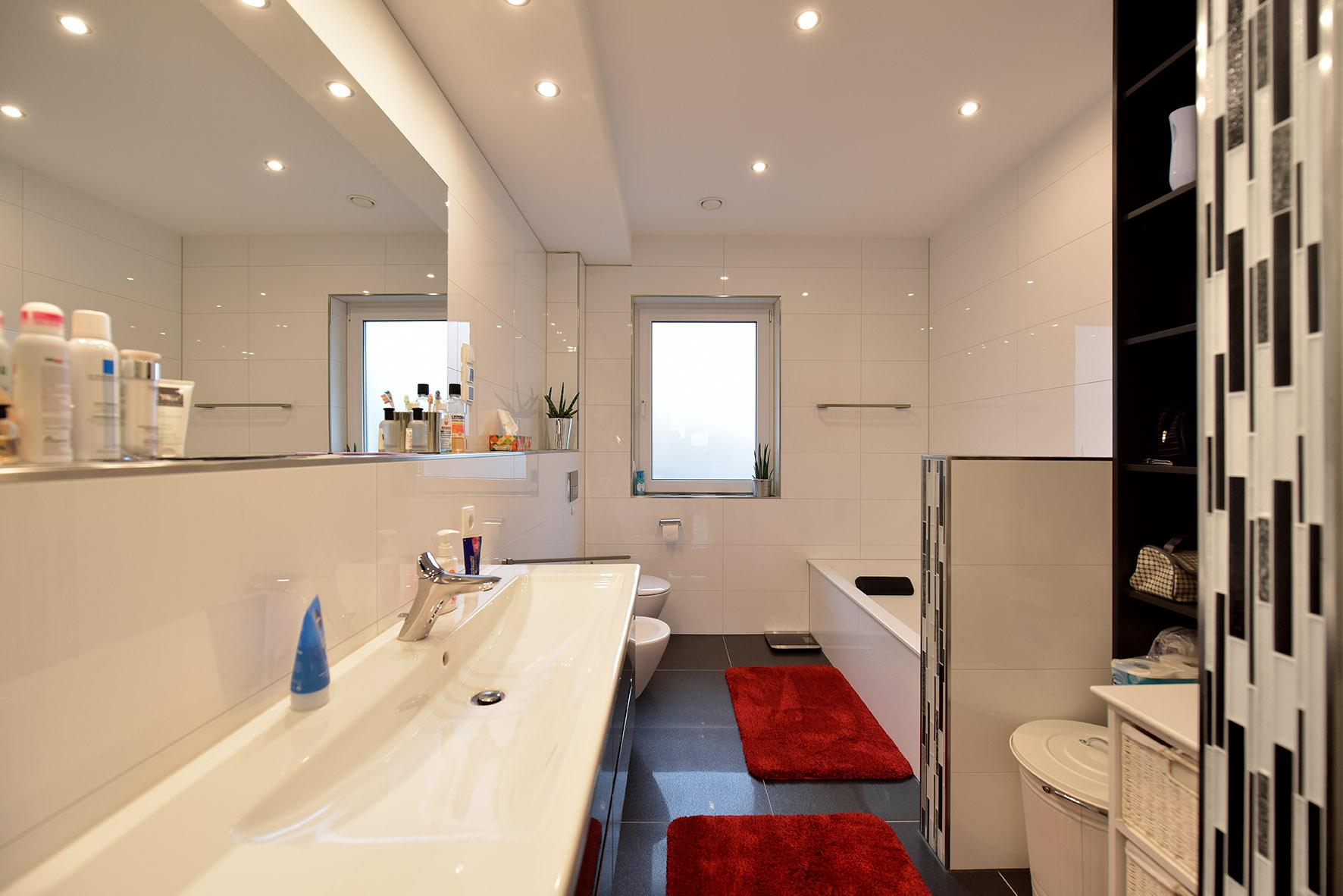 Bad mit Einbauspots Trockenbauabkofferung + Schamwand zur Badewanne.jpg