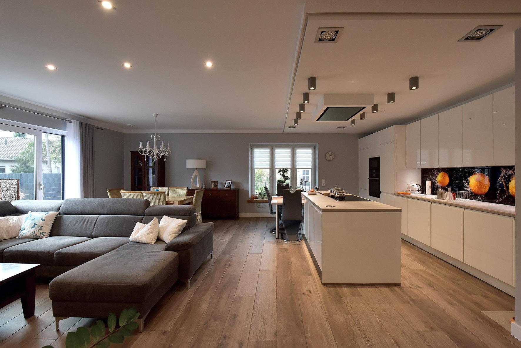 offene Küche mit abgehangener Decke & Einbauspots & Kochinsel.jpg